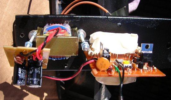 Placas y componentes impermeabilizados, secándose al sol (Los LEDs están cubiertos con cinta)