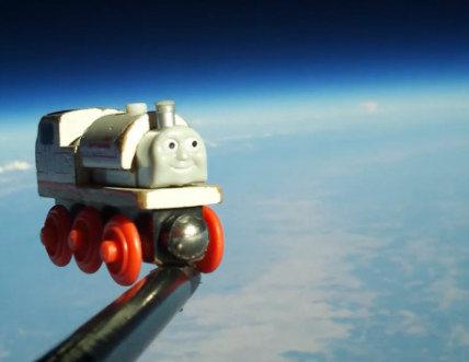 Padre e hijo envían un trencito al espacio (vídeo)