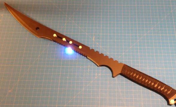Espada de doble hoja con choques eléctricos (vídeo)