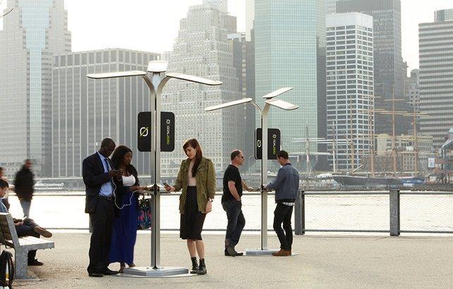 Cargadores solares para móviles en las calles de New York