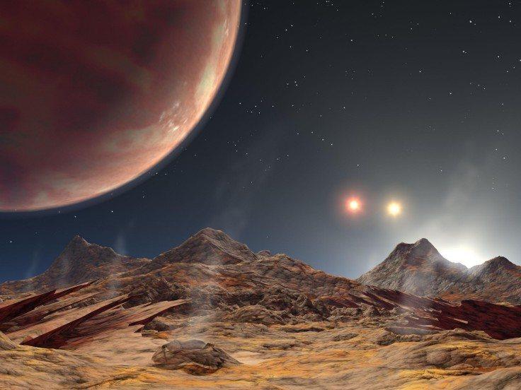 Planeta gigante rodeado de tres soles