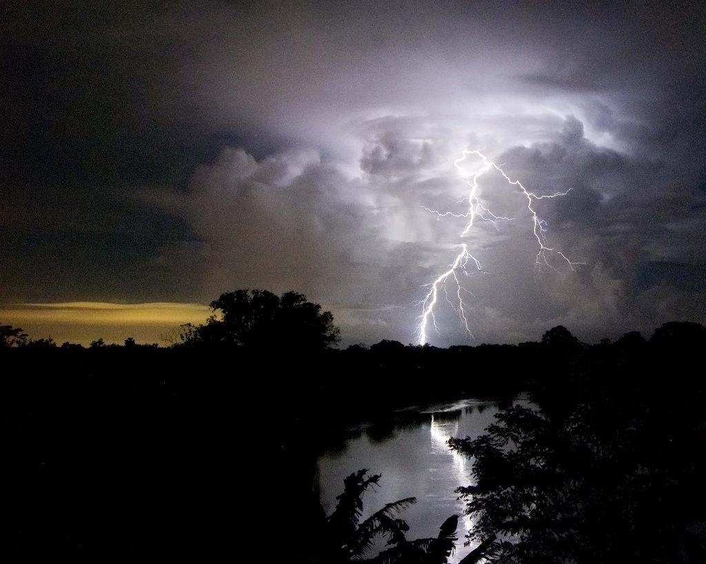 Cae un rayo en los centros de datos de Amazon, y NeoTeo queda offline :(