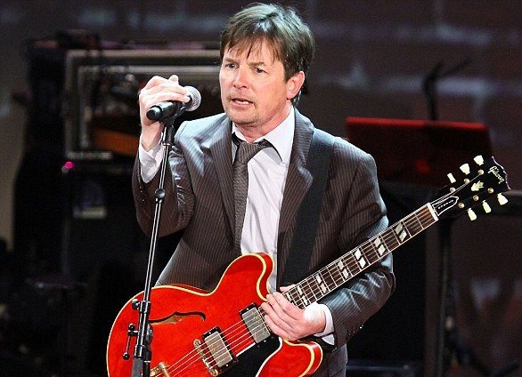 Michael J. Fox interpreta Johnny B. Goode a lo Marty McFly