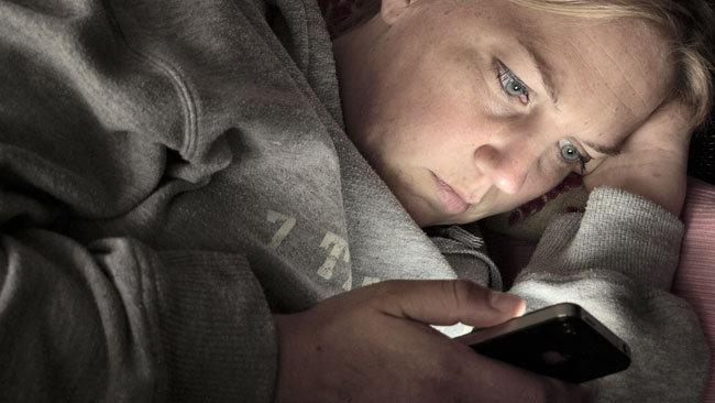 Usar el smartphone hasta la última hora del día nos hace más improductivos