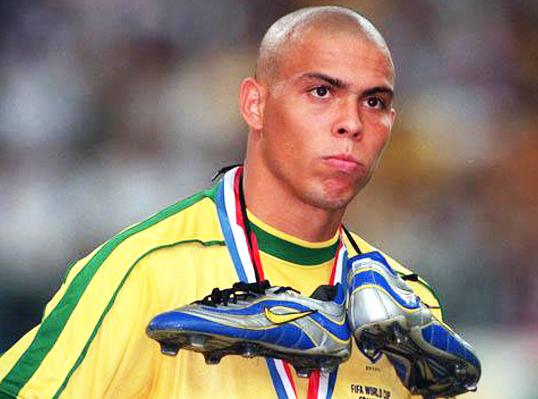 Ronaldo se cuelga las botas a modo de bufanda en su cuello, dejando ver la