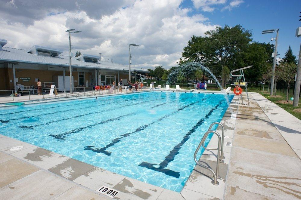 orinar en la piscina
